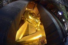 Doende leunen Boedha in de tempel van Wat Pho Stock Foto