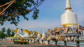 Doende leunen Boedha en pagode in boeddhistische tempel stock afbeeldingen