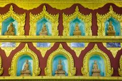 Doende leunen Boedha in Myanmar Stock Foto's