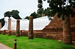 Doende leunen Boedha van Wat Khun Inthapramun bij Angthong-Provincie Thailand Stock Foto