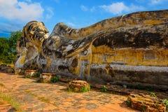 Doende leunen Boedha in Wat Lokayasutharam Temple in het Historische Park van Ayuthaya in Thailand Stock Afbeelding