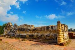 Doende leunen Boedha in Wat Lokayasutharam Temple in het Historische Park van Ayuthaya in Thailand Stock Afbeeldingen