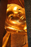Doende leunen Boedha in Wat Pho, Bangkok royalty-vrije stock foto's