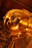 Doende leunen Boedha in Wat Pho, Bangkok royalty-vrije stock afbeeldingen