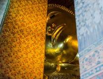 Doende leunen Boedha in Wat Pho, Bangkok Stock Foto