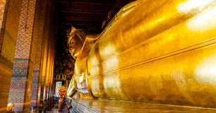 Doende leunen Boedha in Wat Pho, Bangkok Stock Fotografie