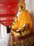 Doende leunen Boedha in Wat Pho in Bangkok Stock Foto