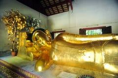 Doende leunen Boedha in Wat Phra Singh Stock Foto's