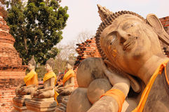 Doende leunen Boedha in Wat Putthaisawan, Ayutthaya Stock Afbeelding