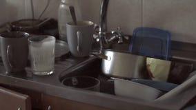 Doende walgen stapel van vuile schotels in gootsteenhuis het schoonmaken probleemconcept stock videobeelden
