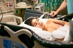 Doente de encontro do rapaz pequeno deficiente na cama de hospital Fotos de Stock Royalty Free