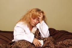 Doente na cama Fotos de Stock