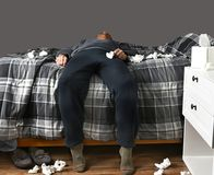 Doente na cama incapaz de levantar-se Foto de Stock Royalty Free
