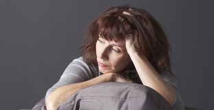 Doente superior renunciado da mulher de ter azuis da menopausa Imagens de Stock Royalty Free