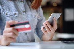 dof καρτών αγορές χεριών εστίασης ρηχές on-line πολύ Έννοια Fintech Στοκ Φωτογραφία