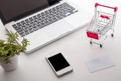 dof καρτών αγορές χεριών εστίασης ρηχές on-line πολύ Κάρρο αγορών, πληκτρολόγιο, τραπεζική κάρτα στοκ φωτογραφία με δικαίωμα ελεύθερης χρήσης
