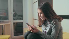 dof καρτών αγορές χεριών εστίασης ρηχές on-line πολύ Λίγο κορίτσι εφήβων γράφει ένα μήνυμα κουβεντιάζοντας στον κοινωνικό αγγελιο φιλμ μικρού μήκους