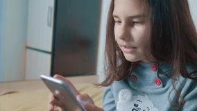 dof καρτών αγορές χεριών εστίασης ρηχές on-line πολύ λίγο κορίτσι εφήβων γράφει ένα μήνυμα κουβεντιάζοντας στον κοινωνικό αγγελιο απόθεμα βίντεο