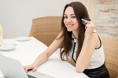 dof καρτών αγορές χεριών εστίασης ρηχές on-line πολύ Νέα και όμορφη συνεδρίαση κοριτσιών σε ένα lap-top και ένα μ Στοκ φωτογραφία με δικαίωμα ελεύθερης χρήσης