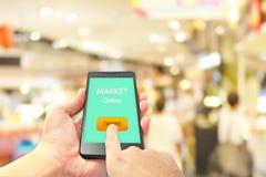 dof καρτών αγορές χεριών εστίασης ρηχές on-line πολύ Στοκ Φωτογραφία