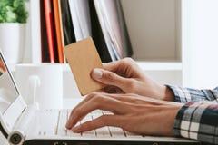 dof καρτών αγορές χεριών εστίασης ρηχές on-line πολύ Στοκ Φωτογραφίες
