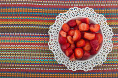 dof ρηχό βλασταημένο λευκό στούντιο φραουλών πιάτων Στοκ Φωτογραφία