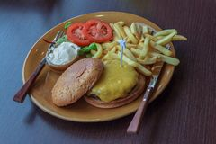 белизна dof бургера предпосылки свежая низкая вкусная стоковые изображения