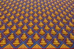 DOF av många guld- Buddhastaty i den thailändska templet, Malaysia Arkivbilder