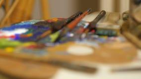 DOF cambiante sobre la paleta de colores de los artistas almacen de metraje de vídeo