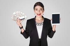 dof ręce karty ogniska płytki zakupy online bardzo Śmieszny kobiety pokazywać wiele gotówka, dolar Zdjęcia Stock