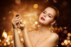 Doft lyxig kvinna som besprutar den doft-, arom- och modemodellen arkivfoto