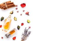 Doft med ljus frukt-, blom- kryddig doft Ingredienser för doft Flaska av doft nära torra blommor arkivbild