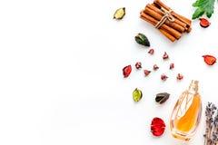 Doft med ljus frukt-, blom- kryddig doft Ingredienser för doft Flaska av doft nära torra blommor fotografering för bildbyråer