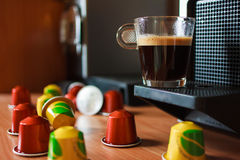 Doftande kaffe för morgon med kaffemaskinen royaltyfria foton