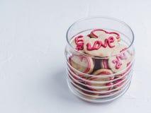 Doftande kakor i formen av en hjärta med ordförälskelsen fotografering för bildbyråer