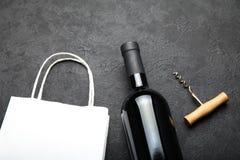 Doftande och lyxigt rött vin i en flaska royaltyfria bilder