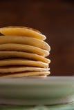 Doftande pannkakor för frukost Arkivbilder
