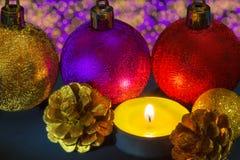 Doftande stearinljus med julpynt Royaltyfria Bilder