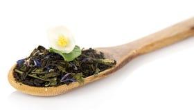 Doftande teblad med blåklinter och jasmin arkivfoton