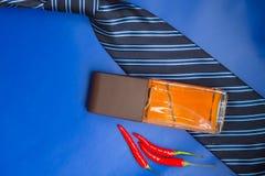 Doftflaska, band och varm peppar på blå bakgrund Accessor Fotografering för Bildbyråer