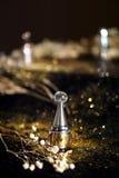 Doftflaska med guld- bakgrund fotografering för bildbyråer