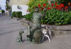 Dog familiarity with sculpture Stock Images