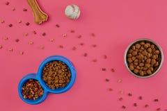 Dog mellanmål, hundtuggningar, hundbenet, bollleksaken för hund på en rosa bakgrund med kopieringsutrymme Arkivbilder