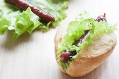 dog svarta flaskor för bakgrund den varma bilden isolerad ketchupsenap Grillade varmkorvar med ny salladgrönsallat på trätabellen Arkivbilder