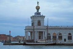 Dogana DA estropea, aduanas anterior en Venecia, Italia Foto de archivo libre de regalías