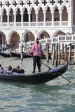 Doge ` s παλάτι και della Paglia Ponte με ενετικός gondolier στη γόνδολα, Βενετία, Ιταλία Στοκ Εικόνα