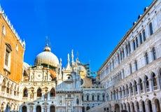 Doge& x27; s Paleisbinnenplaats Heilige Mark& x27; s Kerkstandbeelden Venetië Italië Royalty-vrije Stock Afbeelding
