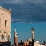 Doge& x27; s-slott, San Giorgio Maggiore Bell Tower och bevingat lejon C Arkivfoton