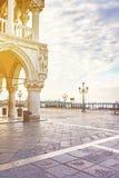 Doge& x27; s宫殿在早晨太阳& x28之前点燃了; Venice& x29; 库存照片
