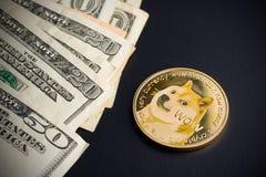 Dogecoin en dollars Royalty-vrije Stock Afbeeldingen